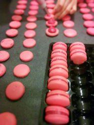 Macaron framboise en cours de garnissage