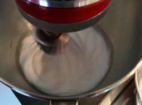 Monter les blancs et serrer avec la moitié du sucre