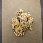 Assurez vous que tous les ingrédients soient mélangés et abaisser la pâte à cookies.