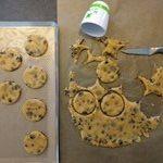 Découper vos cookies à l'aide d'un emporte pièce ou un petit verre
