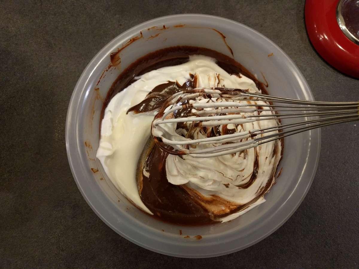 Mélanger délicatement 1/3 de crème montée avec la ganache
