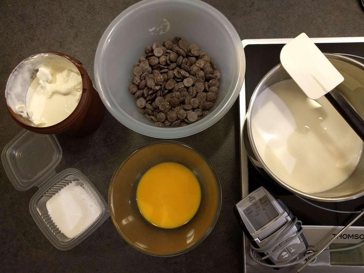 Préparer tous les ingrédients pour réaliser la mousse au chocolat sur base de crème anglaise
