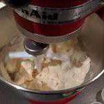 Mélanger à basse vitesse, la crème d'amande ne doit pas avoir d'air incorporé