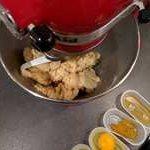 Le mélange beurre mou, le sucre glace et la poudre d'amande