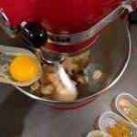 Ajouter ensuite l'œuf, alcool ou autre arôme.