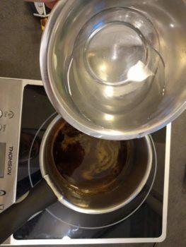 Réaliser un caramel, ajouter le sirop de glucose et ajuster en eau