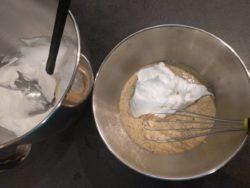 Détendre le mélange des œufs, poudre de noisette et sucre glace avec 1/3 de la meringue