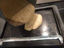 Couler l'appareil à biscuit Joconde sur plaque à rebord