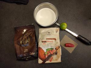 Préparer les ingrédients pour cette recette de chocolat chaud au citron vert et piment
