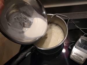 Déglacer avec la crème et le glucose