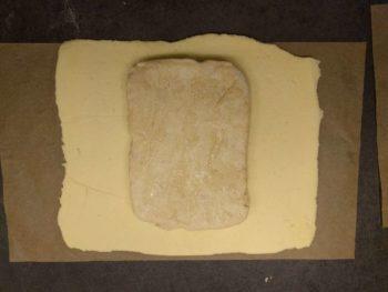 Placer la détrempe au centre du beurre manié