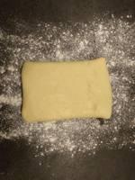 Retour le pâton et étendre progressivement