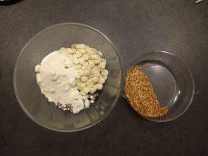 Mettre tous les ingrédients composant le glaçage chocolat noisette dans un bol sauf le praliné grain