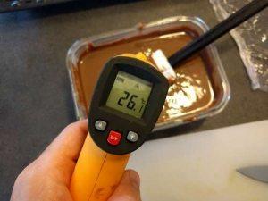 Attendre que le glaçage chocolat noisette approche les 26-29°c en remuant régulièrement