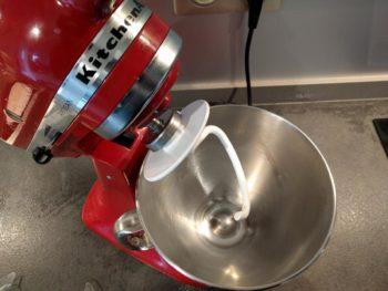 Pour pétrir la pate à viénoisserie, utiliser un robot avec un crochet