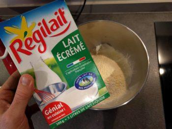 Ajouter le lait en poudre (entier de préférence)