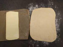 Travailler le beurre pour avoir un rectangle aussi long que votre pâton, mais 2 fois moins large.
