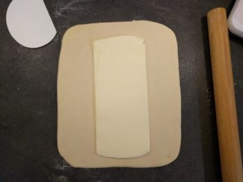 Poser le beurre au centre (mon beurre devrait être de la longueur du pâton)