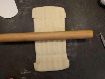 Écraser doucement au rouleau pour répartir le beurre