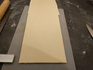 Étaler la pâte à 4 mm environ et détailler une bande de 22-24 cm de large