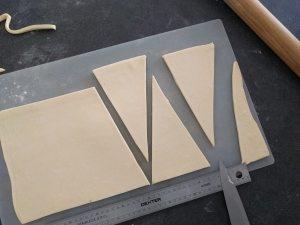 Détailler ensuite des triangles de 12 cm de coté environ