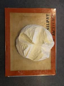Bouler votre pâton, le déposer sur une plaque, le tailler en croix et laisser reposer à 24°C puis au frais