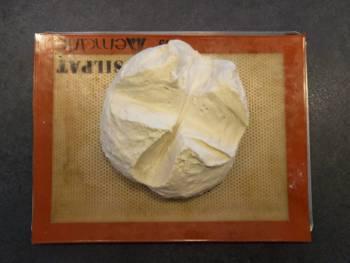 Bouler votre pâton, le déposer sur une plaque, la tailler en croix et laisser pointer environ 1h à température ambiante.