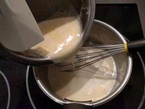 Reverser le mélange dans la casserole avec le reste du lait chaud