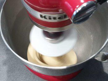 Puis à vitesse moyenne pendant 10-15 min pour développer le gluten et donc, retenir les bulles de gaz carbonique