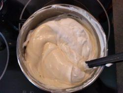 Mettre 1/3 de la crème dans la ganache et mélanger doucement à la maryse