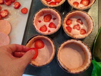 Déposer un peu de mousse à la fraise puis des morceaux de fraises, recouvrir d'un peu de mousse bavaroise à la fraise.