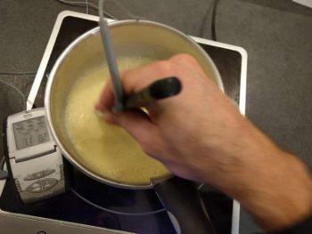 Mélanger votre crème anglaise en faisant des 8, en passant partout sur le fond de la casserole