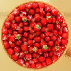 Ma version de la tarte aux fraises : une pâte sucrée, une crème d'amande, une crème pâtissière et des fraises fraîches !