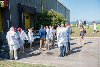 On s'habille avant le départ pour la visite de l'usine de production Capfruit !