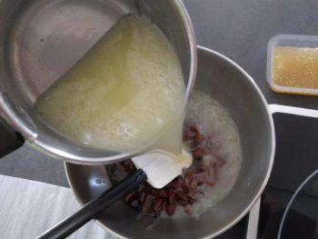 Verser sur le chocolat au lait et le nappage neutre