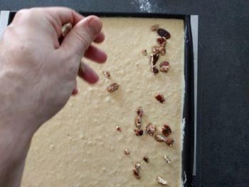 Saupoudrer votre biscuit de fruits secs hachés grossièrement.