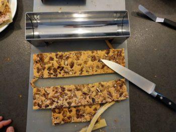 Découper votre biscuit afin qu'il rentre parfaitement dans votre moule à bûche