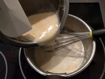 Reverser dans la casserole contenant le reste de lait tiède