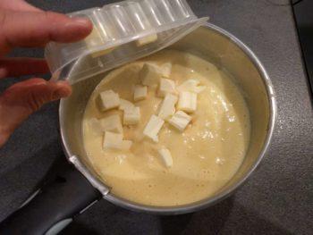 Sortir du feu, laisser refroidir en mélangeant régulièrement puis ajouter la moité du beurre