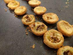 Scalper les choux et les garnir éventuellement de fruits secs caramélisés