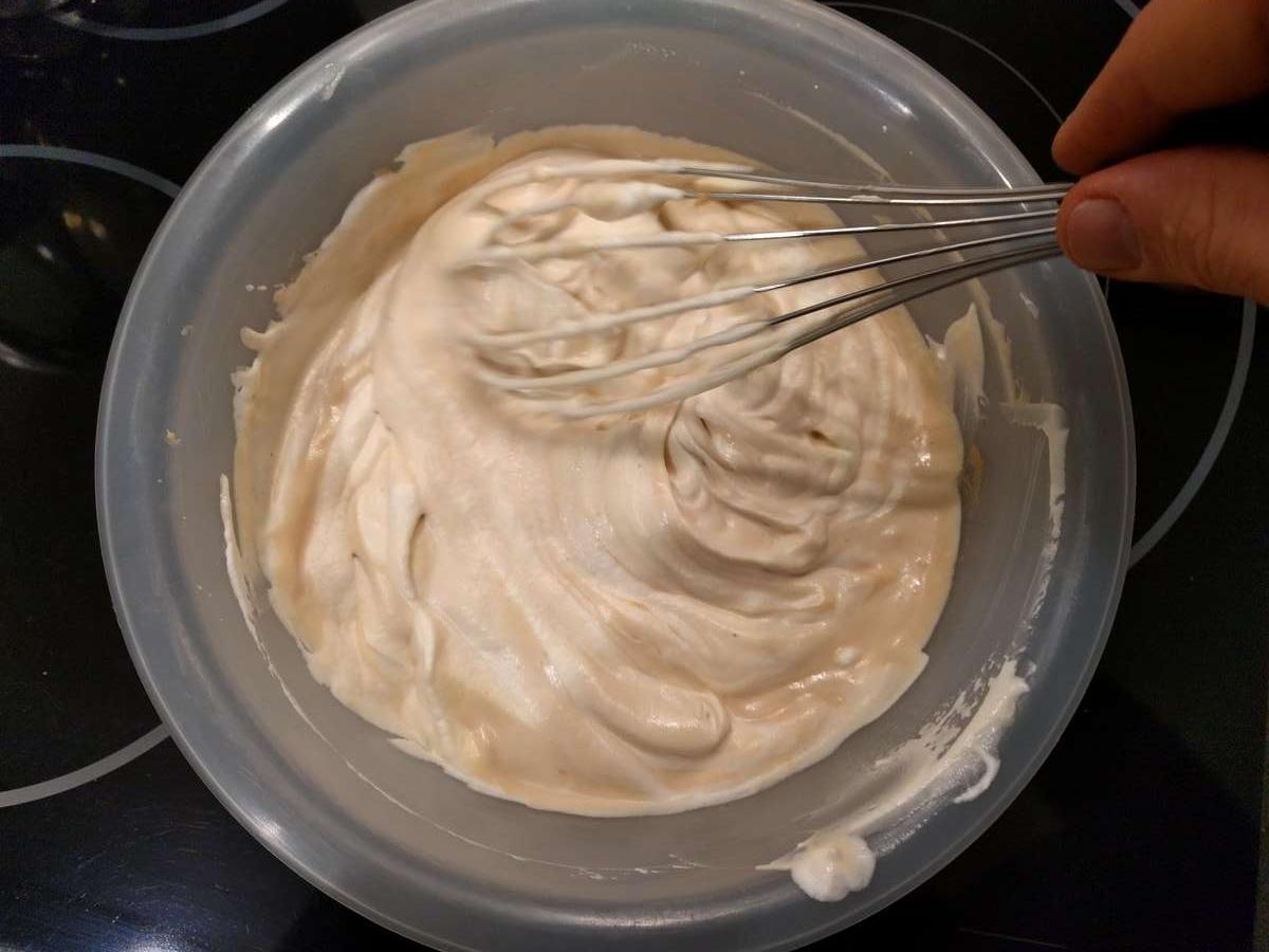 Lisser doucement avec le fouet pour terminer votre mousse au zéphyr Caramel