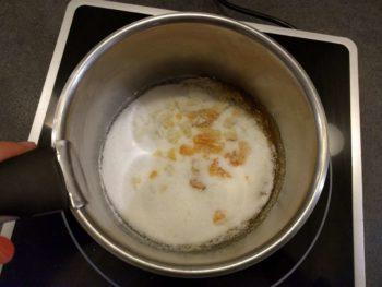 Dès qu'il y a un peu de caramel, secouer la casserole pour remuer, ne pas introduire d'objets