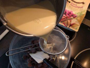 Une fois la crème anglaise cuite, verser sur le chocolat