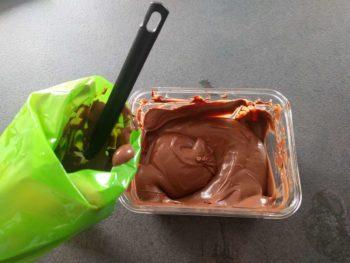 Détendre le crémeux au chocolat et le verser dans une poche munie d'une douille de 6 mm