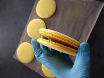 Une fois les gros macarons cuits, les rassembler par paire