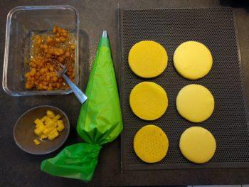 Rassembler tous les éléments pour dresser le macaron individuel aux fruits exotiques