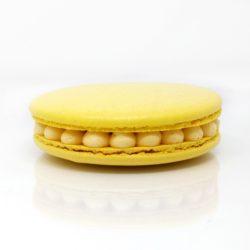 Gros macaron individuel fourré d'une crème diplomate au fruit de la passion et de morceaux d'ananas crus et caramélisés