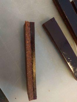 Faire prendre au froid et découper en bande de la longueur et la largeur souhaitée pour ensuite les enrober