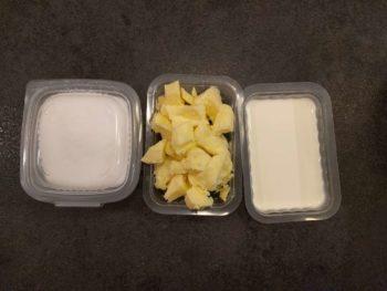Préparer les ingrédients et placer le beurre coupé au congélateur
