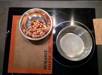 Préparer le sirop avec le sucre et l'eau et les fruits secs d'un autre coté